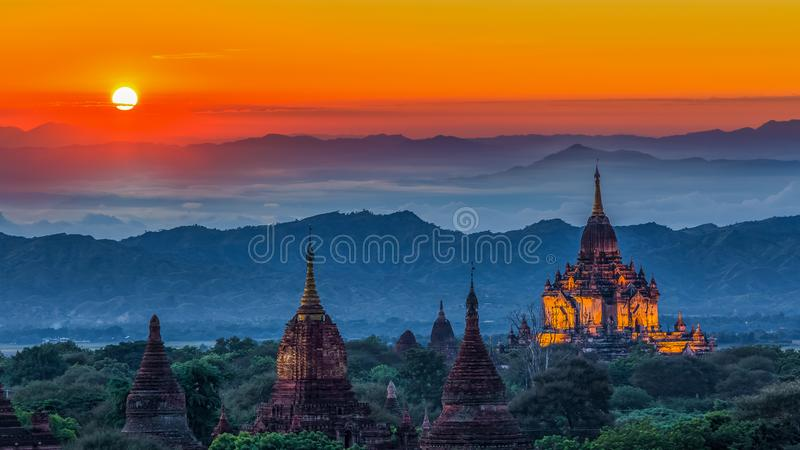 Templo antiguo en Bagan después de la puesta del sol, templos de Myanmar en el bolso imagen de archivo