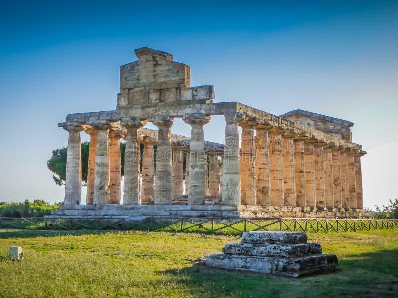 Templo antiguo en el sitio arqueológico famoso de Paestum, Campania, Italia foto de archivo