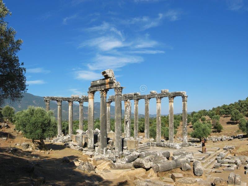Templo antiguo y cielo azul dramático como fondo imágenes de archivo libres de regalías