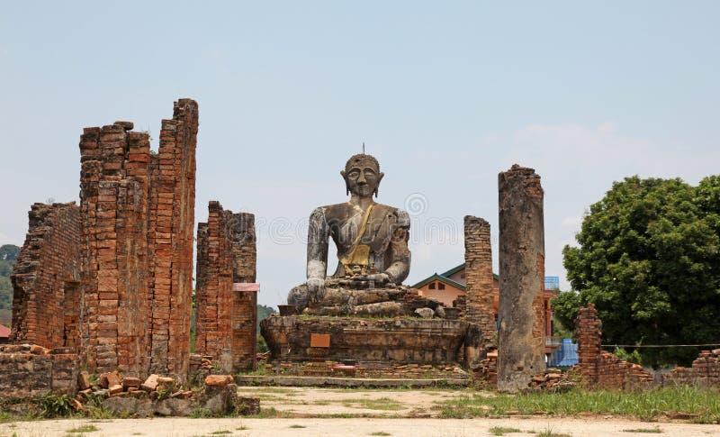Templo arruinado - Laos imagem de stock