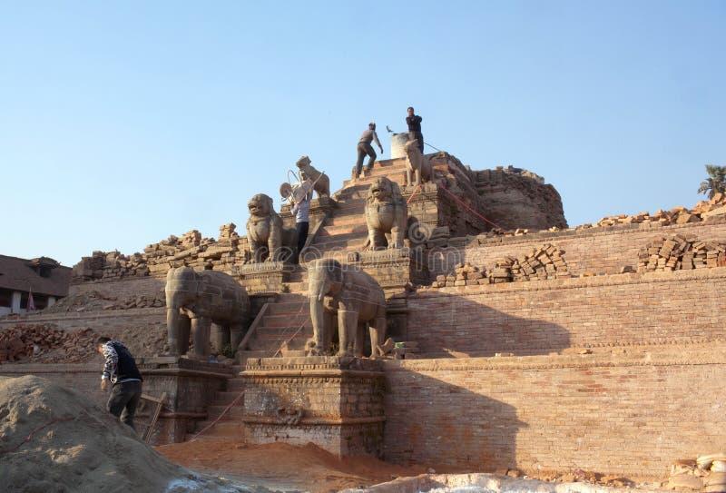 Templo arruinado no quadrado de Durbar após o terremoto em Nepal fotos de stock