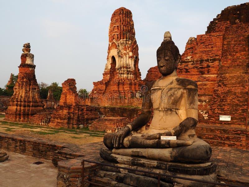 Templo asentado de Buda y de Wat Mahathat en Ayutthaya fotografía de archivo