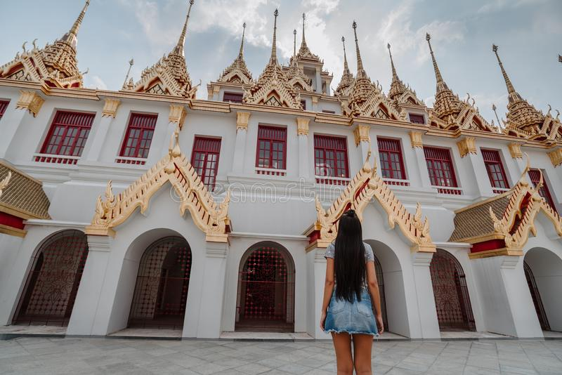 Templo asiático fabuloso, místico, budista com pagodes e estátuas Mulher impressa com a beleza do lugar imagem de stock