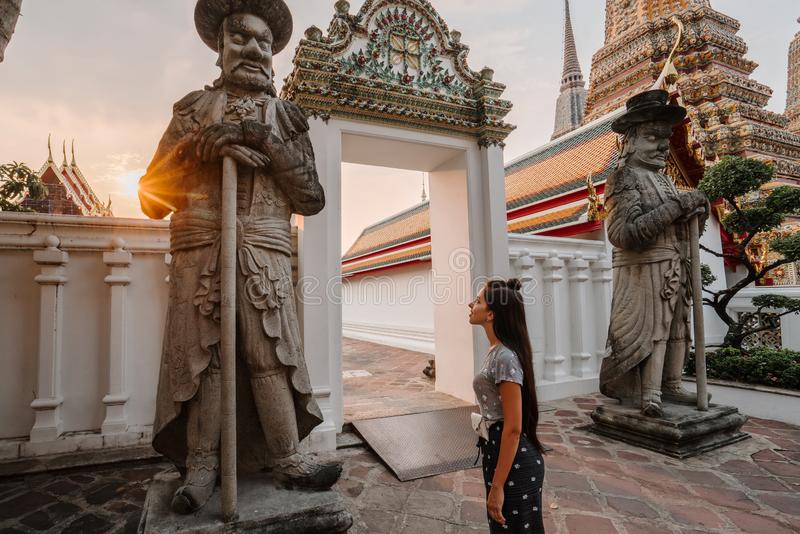 Templo asiático fabuloso, místico, budista Mulher impressa com a beleza do lugar A menina do turista anda com fotografia de stock royalty free
