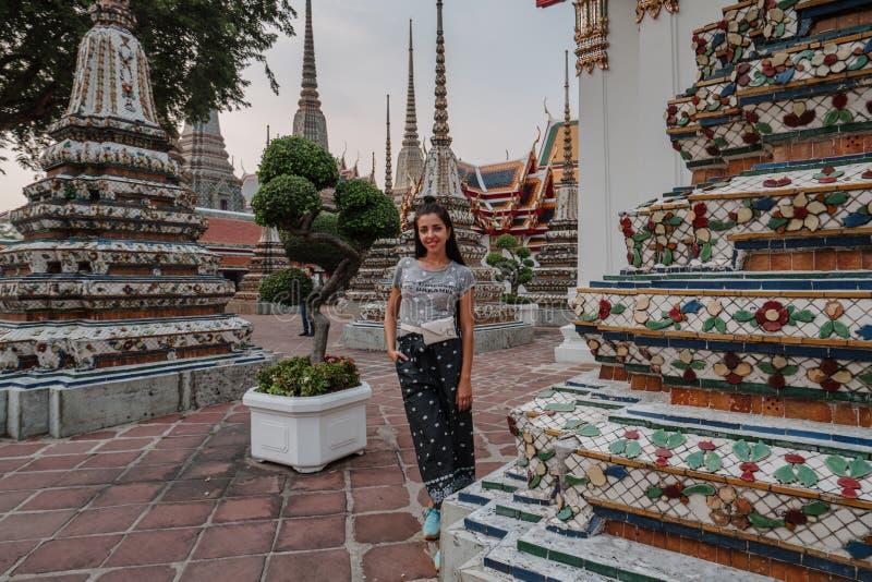 Templo asiático fabuloso, místico, budista Mulher impressa com a beleza do lugar A menina do turista anda com imagens de stock