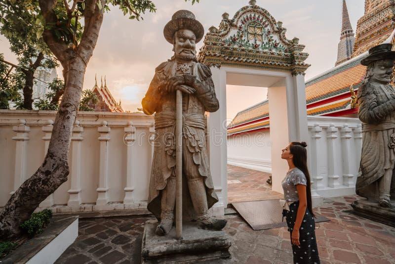 Templo asiático fabuloso, místico, budista Mulher impressa com a beleza do lugar A menina do turista anda com foto de stock royalty free