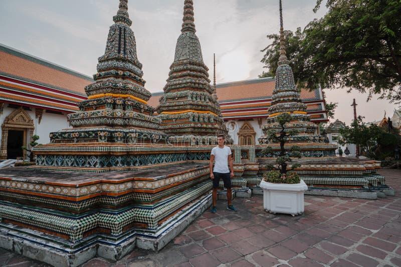 Templo asi?tico fabuloso, m?stico, budista Turista em f?rias Um homem anda em torno dos pagodes antigos Wat Pho dentro imagem de stock