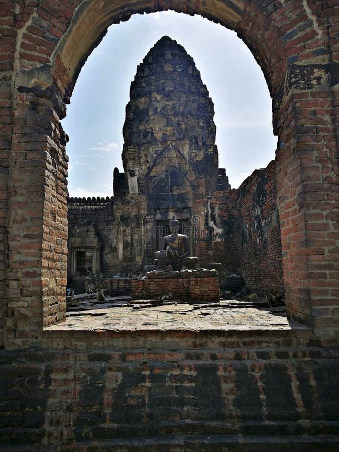 Templo Asia del mono de Tailandia del lopburi del templo del yod de Prang Sam imágenes de archivo libres de regalías