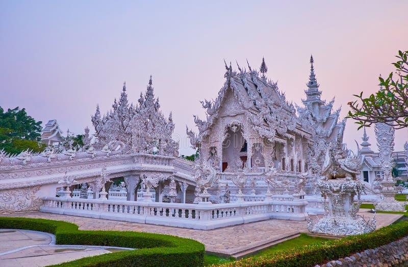 Templo blanco en la luz púrpura, Chiang Rai, Tailandia imagen de archivo