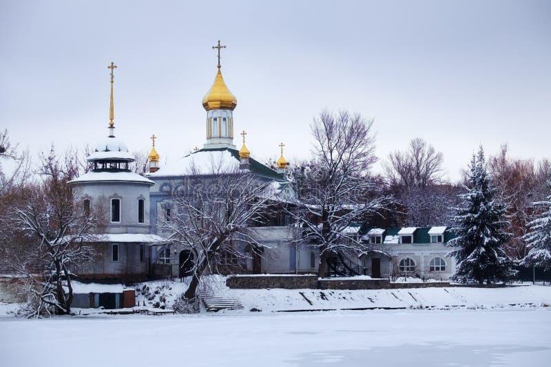 Templo Blessed Xenia de Peterburg no rio sul do erro no inverno imagem de stock royalty free