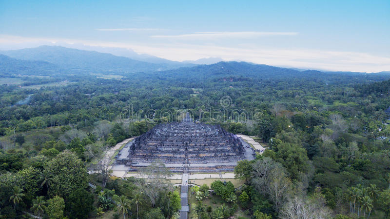 Templo bonito de Borobudur sob o céu azul imagens de stock