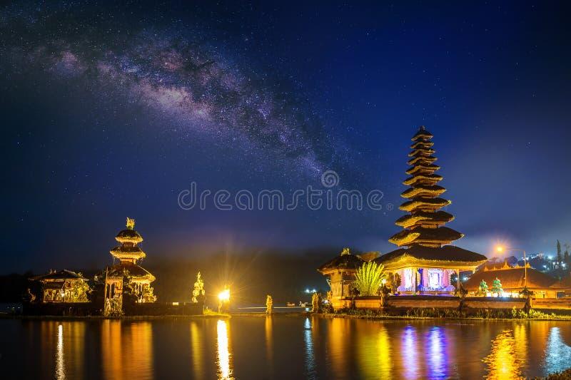Templo bratan del danu del ulun de Pura en la noche en Bali imagenes de archivo