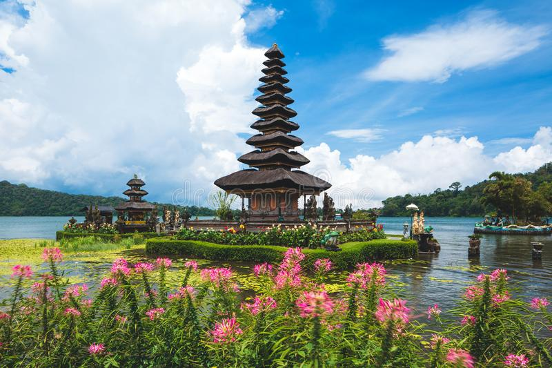 Templo bratan do danu do ulun de Pura em Bali Lago Beratan, Bali, Indonésia imagem de stock
