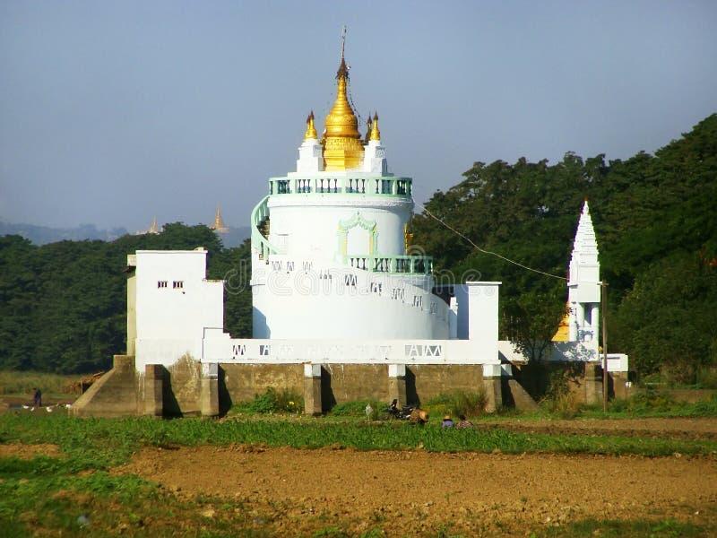 Templo budista blanco, Amarapura, Myanmar foto de archivo