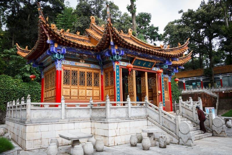 Templo budista chino tradicional en la ciudad de Kunming imagenes de archivo