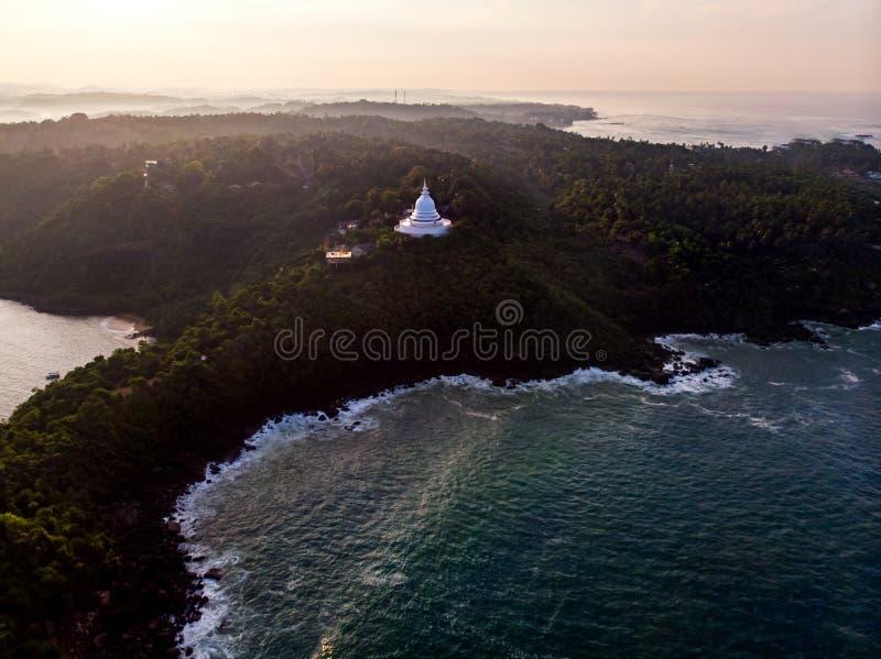 Templo budista do pagode japon?s da paz em Sri Lanka foto de stock