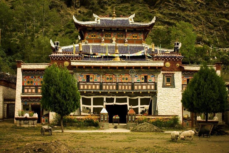 Templo budista em tibet, natureza toda ao redor imagens de stock royalty free