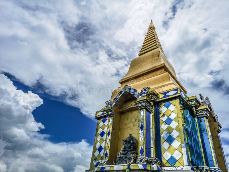 Templo budista en nubes, opinión de ángulo bajo de la pagoda de oro con el cielo nublado asombroso fotografía de archivo libre de regalías