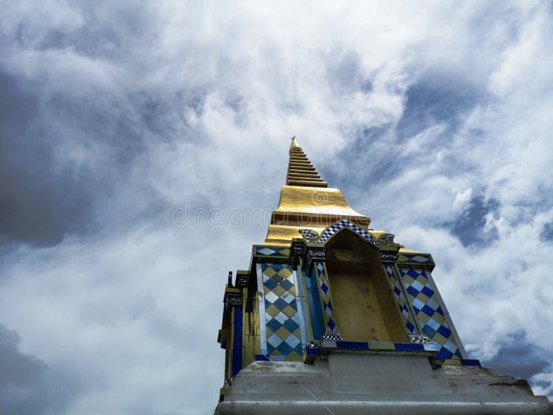 Templo budista en nubes, opinión de ángulo bajo de la pagoda de oro con el cielo nublado asombroso imagenes de archivo