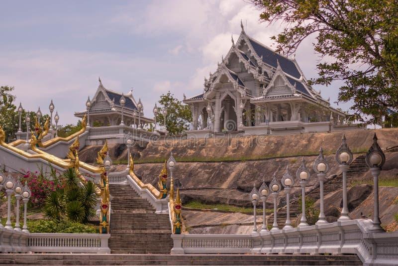 Templo budista hermoso de Wat Kaew Korawaram en Krabi en Tailandia meridional Paisaje urbano con arquitectura hermosa de la relig fotografía de archivo