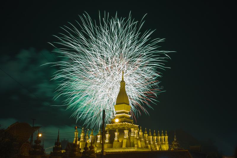 templo budista mostrado fogo de artifício do behide em Vientiane, Lao PDR imagens de stock