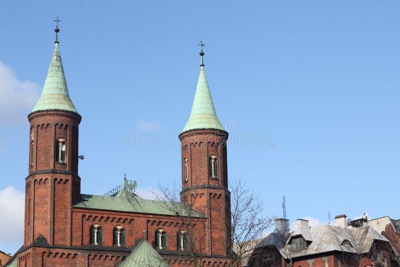 Templo cat?lico, iglesia cat?lica, iglesia cat?lica Cruz delante de la iglesia, iglesia del ladrillo rojo imagen de archivo