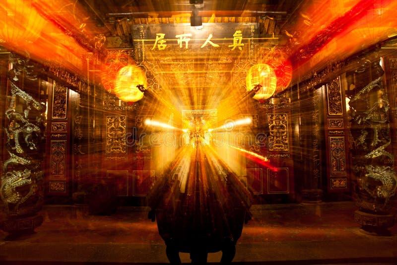 Templo chinês antigo do incenso ardente do Taoism fotos de stock