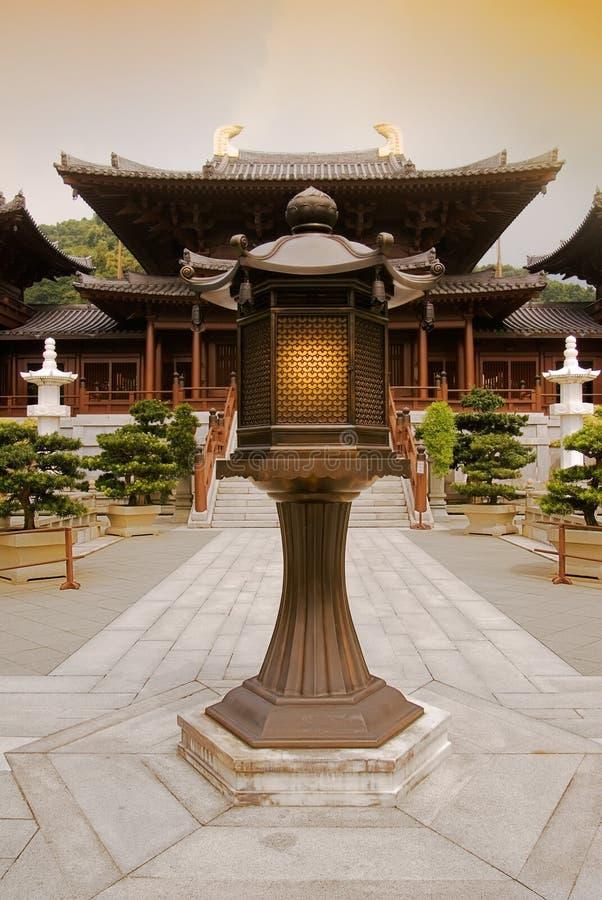 Templo chino con la lámpara con tono amarillo fotografía de archivo