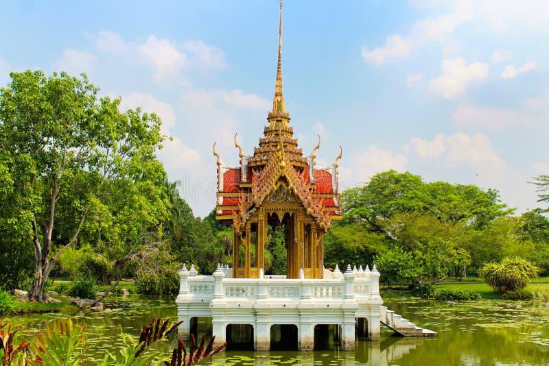 Templo chino en el medio de un lago en el parque de Lumpini, Tailandia imagen de archivo libre de regalías