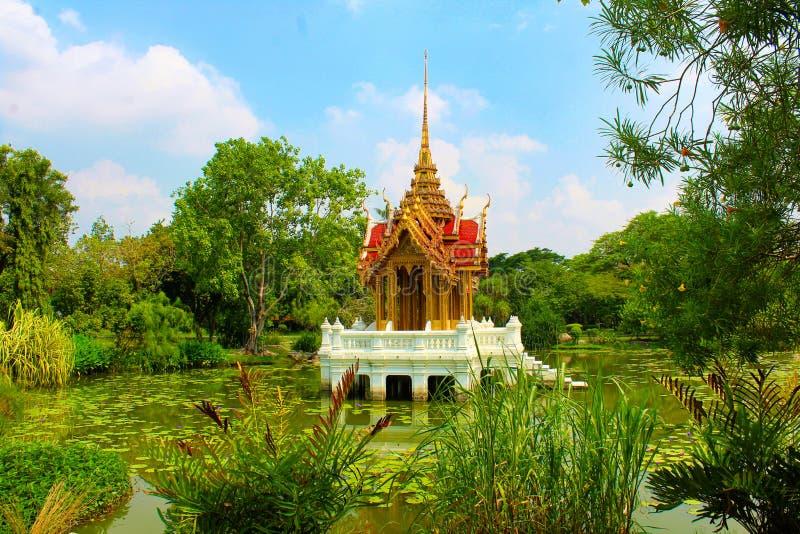 Templo chino en el medio de un lago en el parque de Lumpini, Tailandia fotografía de archivo