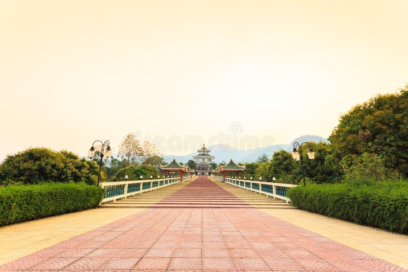 Templo chino en puesta del sol imágenes de archivo libres de regalías