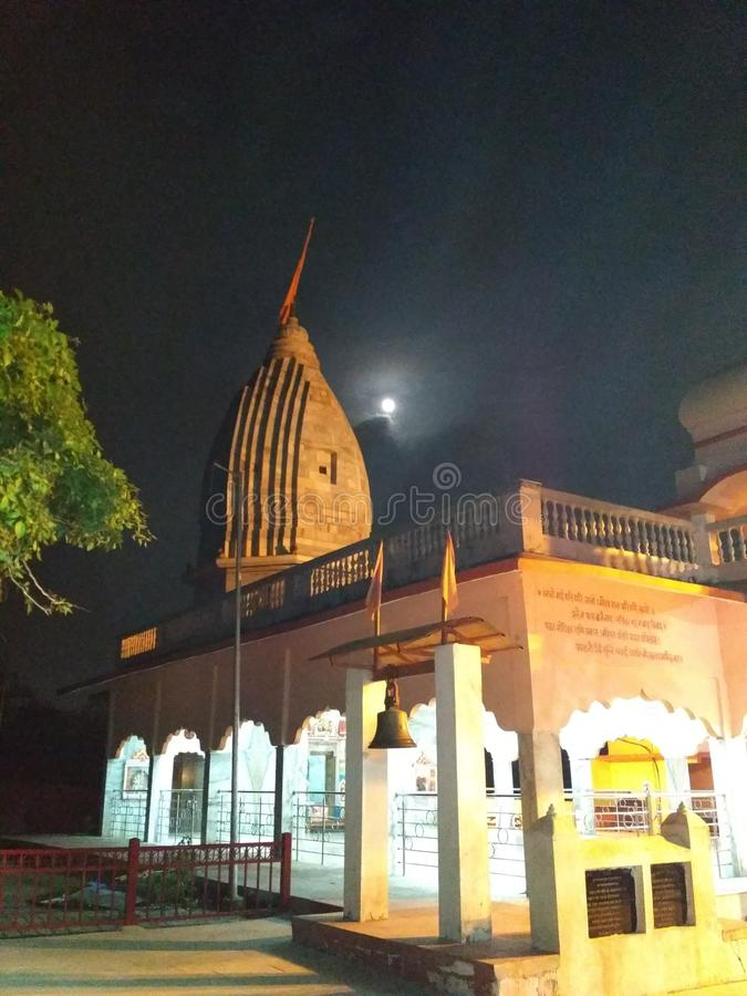 Templo com céu noturno imagem de stock