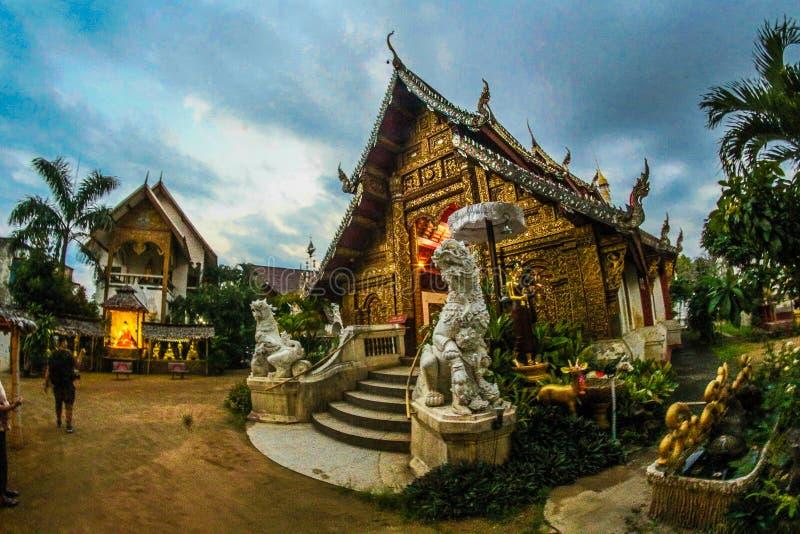 Templo Com Duas Estatutas À Entrada imagens de stock royalty free