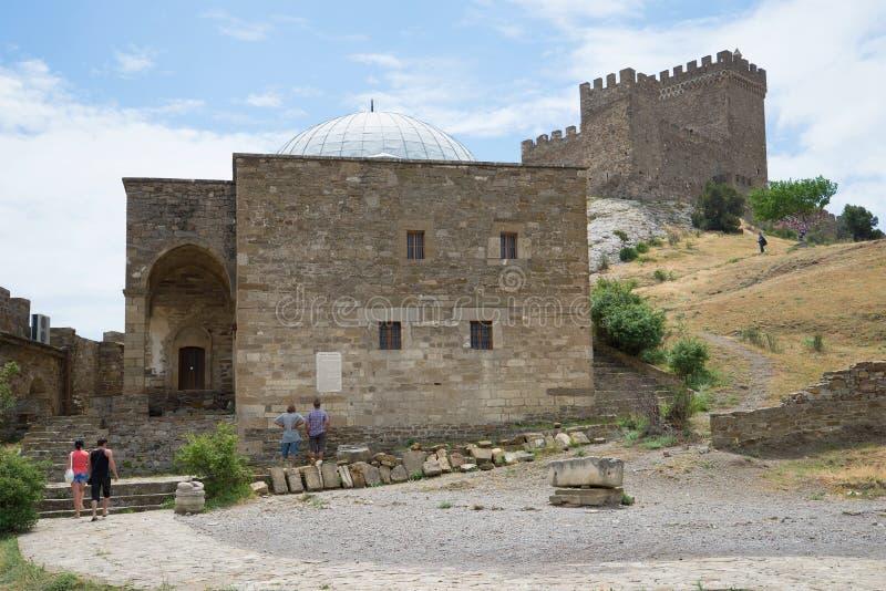 Templo con la arcada (XIII siglo) en el pie del castillo consular Fortaleza Genoese Sudak fotos de archivo