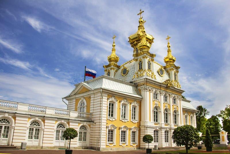 Templo da casa do alojamento da igreja do palácio grande em Peterhof, St Petersburg, Rússia foto de stock