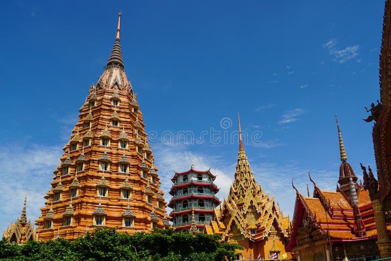 Templo da caverna do tigre, sua do tham do wat, imagem grande de buddha, stupa, pagode pela montanha, Tail?ndia imagem de stock