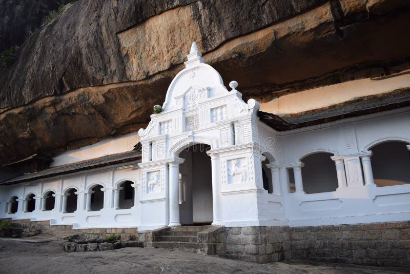 Templo da caverna da rocha de Rangiri Dambulu foto de stock royalty free