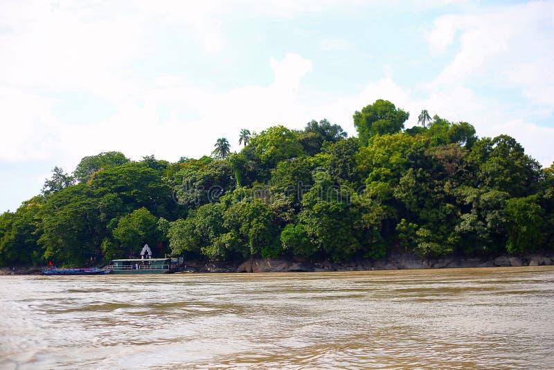 Templo da ilha de Umananda em uma ilha pequena do Rio Brahmaputra, Guwahati, Assam imagens de stock royalty free