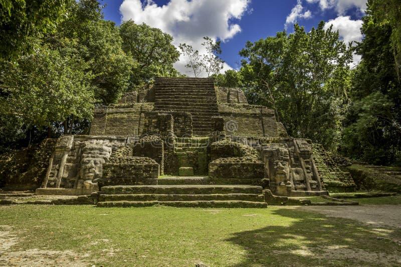 Templo da máscara, ruínas de Lamanai foto de stock