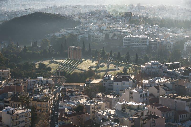 Templo da opinião de Zeus do olímpico do monte da acrópole, Atenas imagens de stock