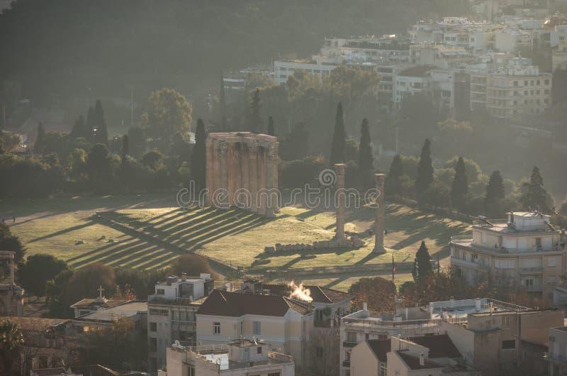 Templo da opinião de Zeus do olímpico do monte da acrópole, Atenas imagem de stock