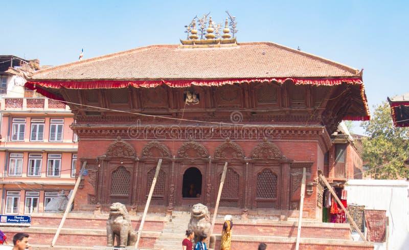Templo danificado no terremoto de Nepal imagem de stock royalty free