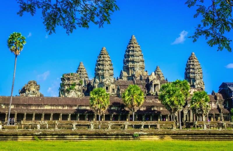 Templo de Angkor Wat com palmas e lago, Camboja fotos de stock