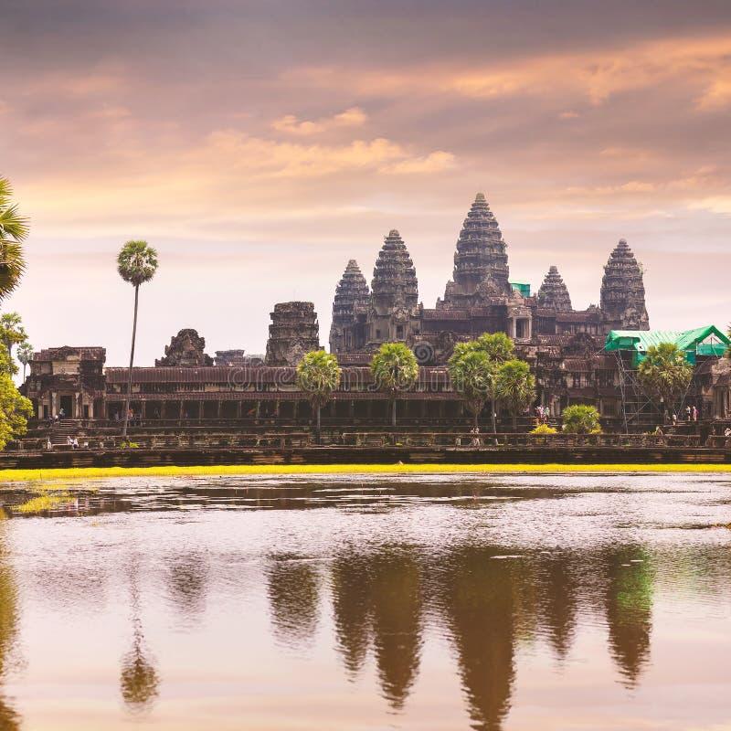 Templo de Angkor Wat con el reflejo en agua fotos de archivo libres de regalías