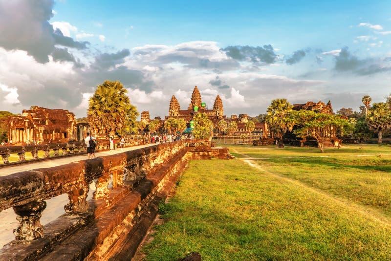 Templo de Angkor Wat en luz caliente de la puesta del sol imagen de archivo libre de regalías
