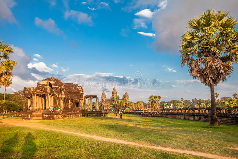 Templo de Angkor Wat en luz caliente de la puesta del sol fotografía de archivo