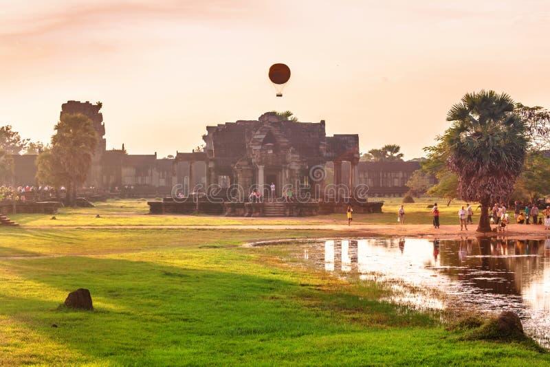 Templo de Angkor Wat en luz caliente de la puesta del sol fotografía de archivo libre de regalías