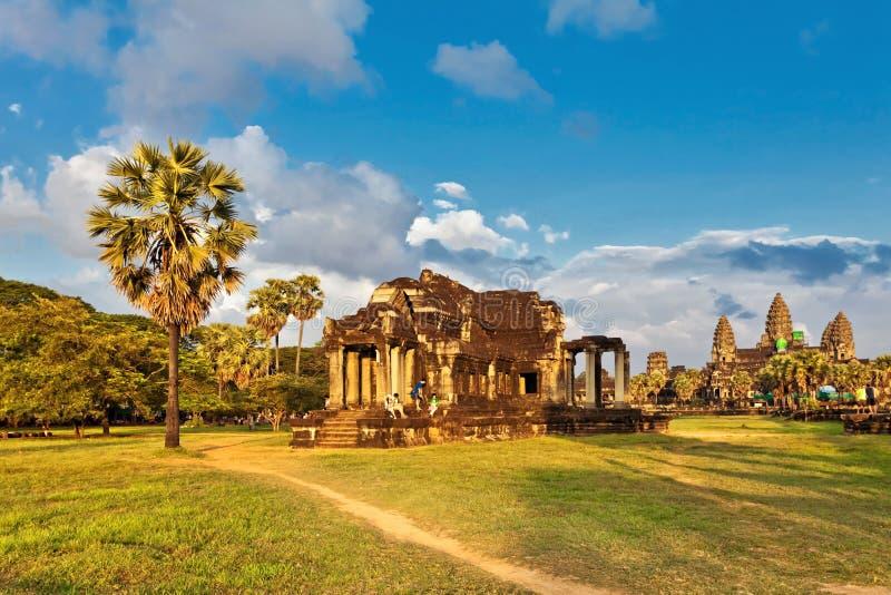 Templo de Angkor Wat en luz caliente de la puesta del sol foto de archivo libre de regalías