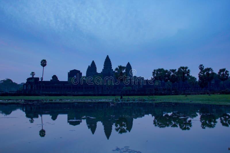 Templo de Angkor Wat reflejado en el agua en la salida del sol fotografía de archivo libre de regalías