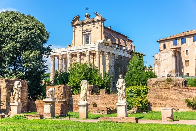 Templo de Antoninus y de Faustina y estatuas de los vestales, Roman Forum, Italia imagen de archivo libre de regalías